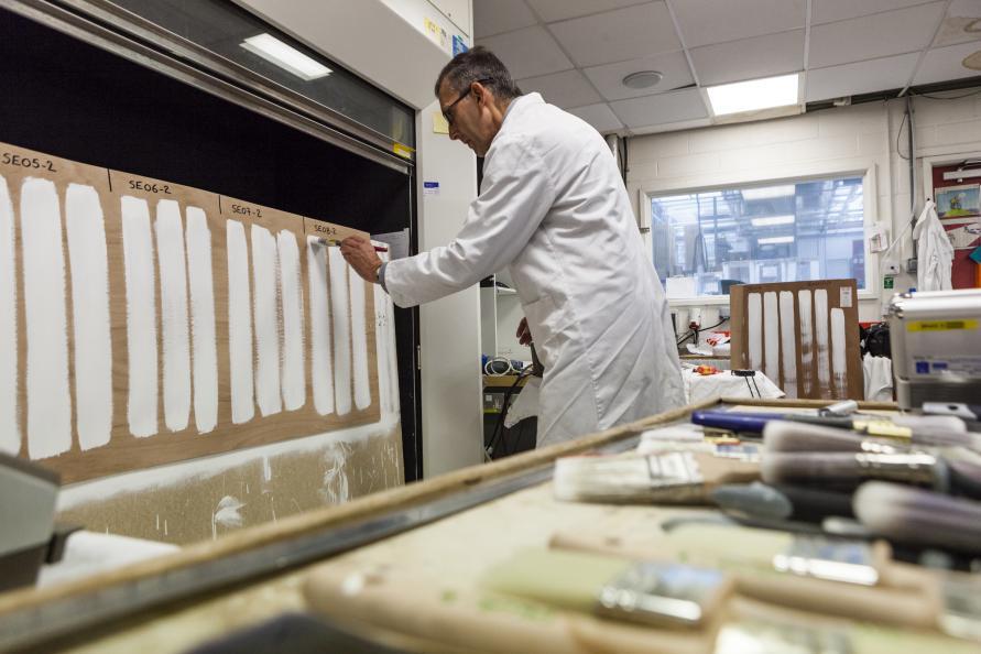 Tre testingeniører testet hver pensel tre ganger for hvert testmoment. Foto: Frazer Waller