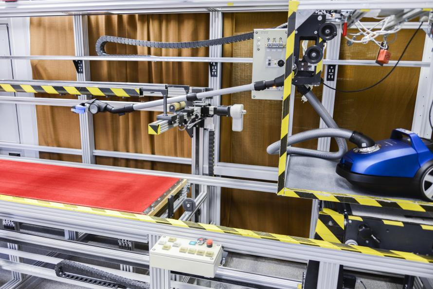 Laboratoriet måler støvopptaksevnen på tepper og harde gulv. Foto: Tobias Meyer