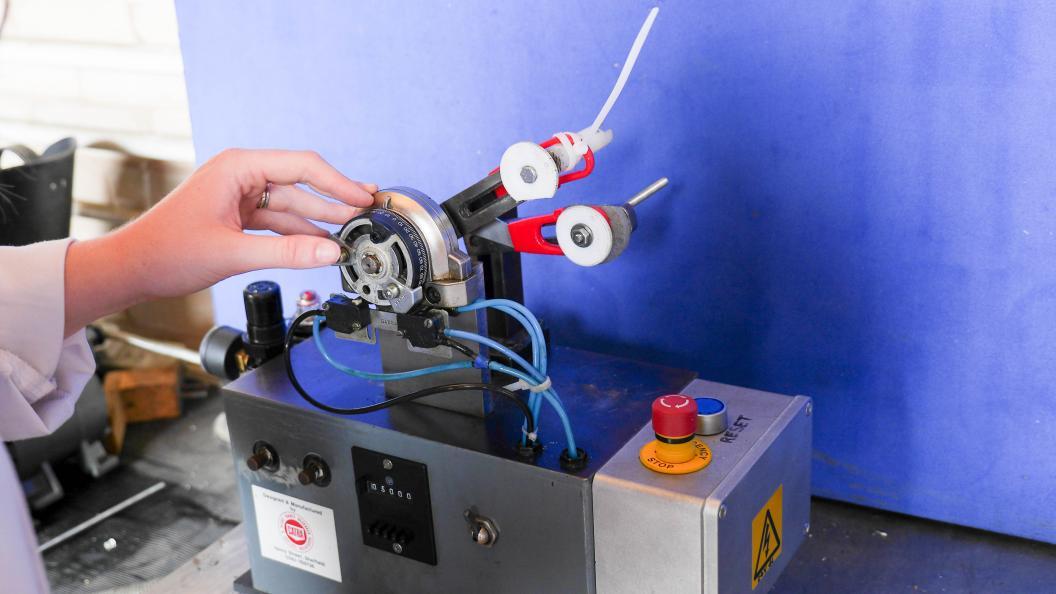 Saksene utsettes for slitasje og åpnes og lukkes 5000 ganger i en slitasjemaskin. Foto: Fortay Media