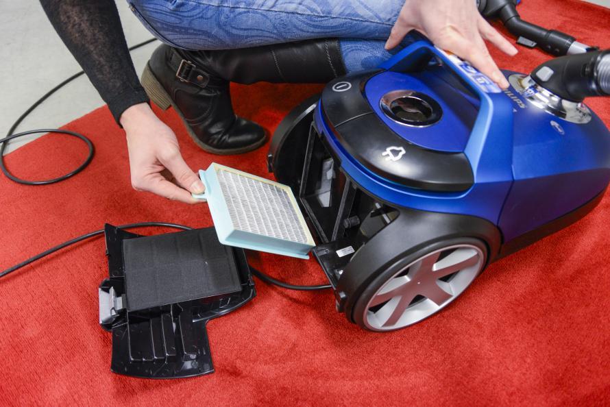 Et brukerpanel vurderte hvordan støvsugerne var å håndtere, for eksempel det å bytte filter. Foto:Tobias Meyer
