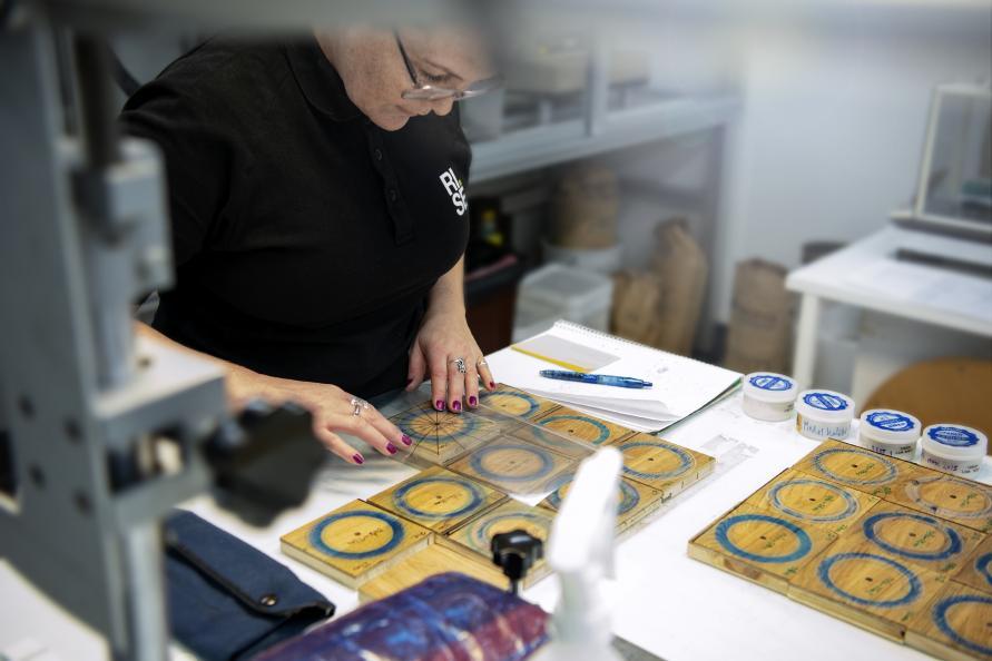 Elva Gunnarsdottir hos RISE undersøker de ulike gulvene etter slitasjetesten. Foto: Anna Sigge