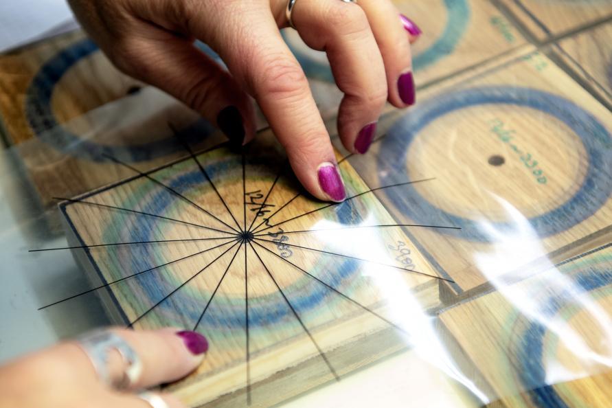 Når lakken på 12 av de 16 sektorene på gulvet er slitt bort, stoppes testen og antall sykluser noteres. Foto: Anna Sigge