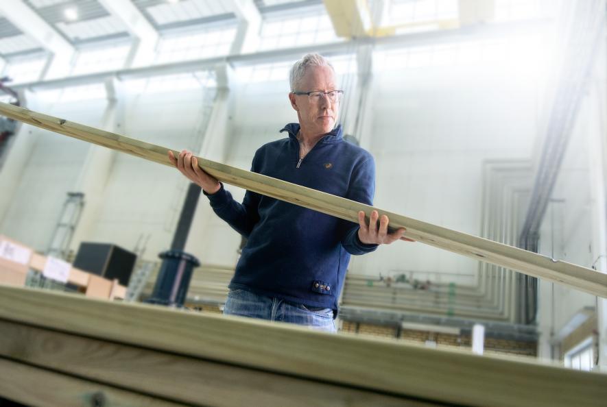 Fredrik Hansson hos RISE inspiserer virkets kvalitet. Foto: Anna Sigge
