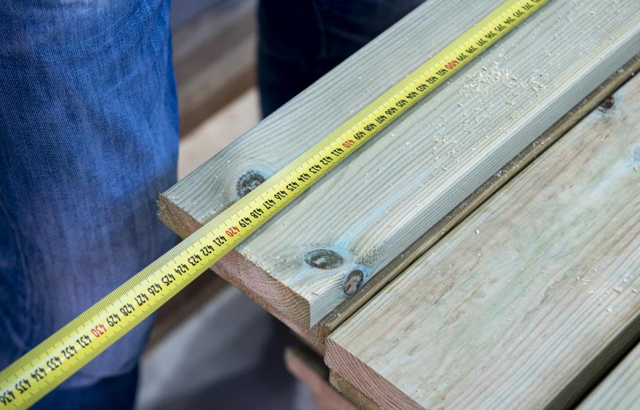 Laboratoriet måler lengden på terrassebordene. Foto: Anna Sigge