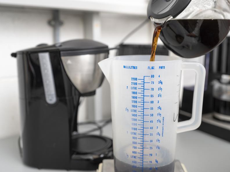 Volumet av ferdig kaffe ble målt. Foto: Niel Long