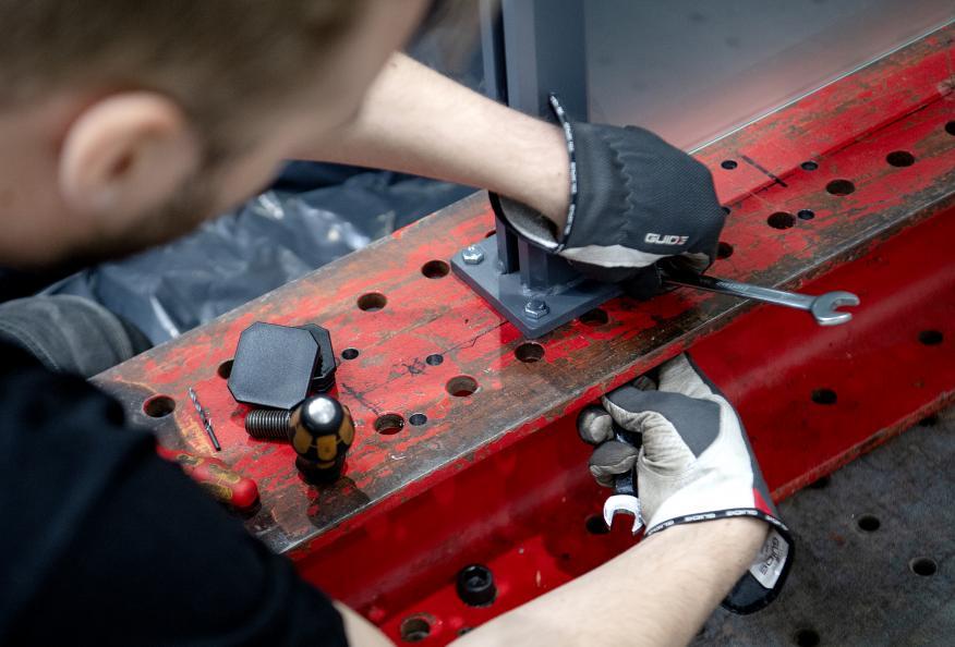 Glassrekkverkene monteres på laboratoriet. Foto: Anna Sigge