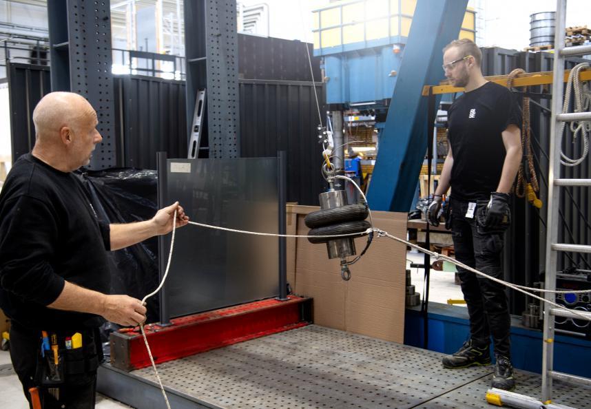 I testmomentet «tungt slag» pendles et fallegeme som veier 50 kg mot glasseksjonen. Foto: Anna Sigge