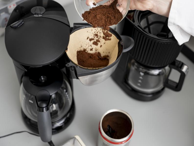 En spesifikk mengde finmalt traktekaffe måles opp før testen. Foto: Niel Long