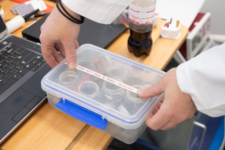 Standardisert pollen og støv ble brukt for å teste ytelsen til luftrenseren. Foto: Redshift Photography