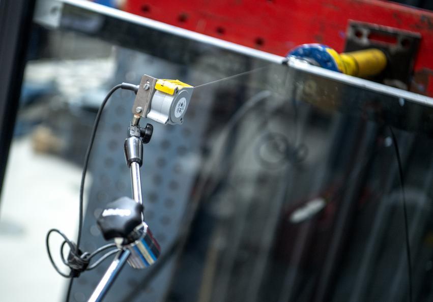 Overkanten av glassrekkverket ble utsatt for trykk i den statiske belastningstesten. Foto: Anna Sigge