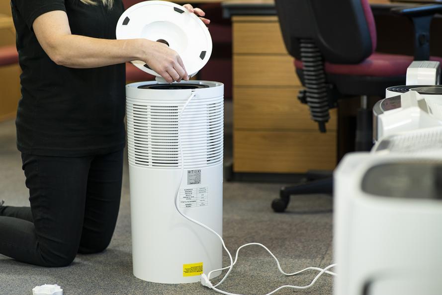 Laboratoriet undersøker luftrenserens funksjoner og filter. Foto: Redshift Photography