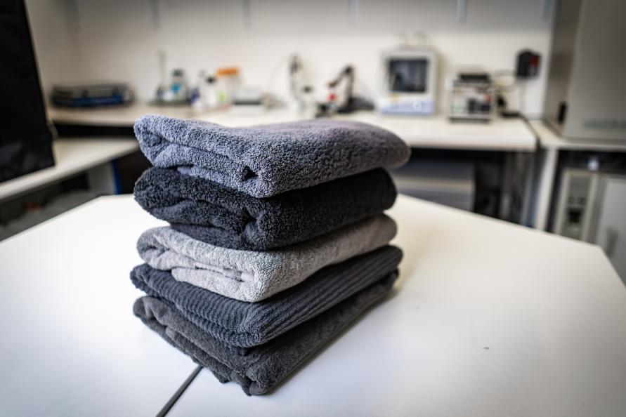 """""""Det som overrasket oss mest, var at det ikke var noen større forskjell mellom de ulike badehåndklærne. Alle er av god kvalitet"""", sier testleder Andrea Freda. Fotograf: Peter Jülich"""