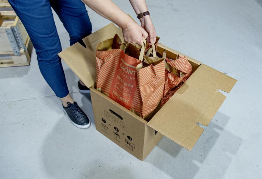 For å teste flyttekartongenes stabilitet og styrke, ble de pakket med kasser fulle av bøker. Foto: Anna Sigge