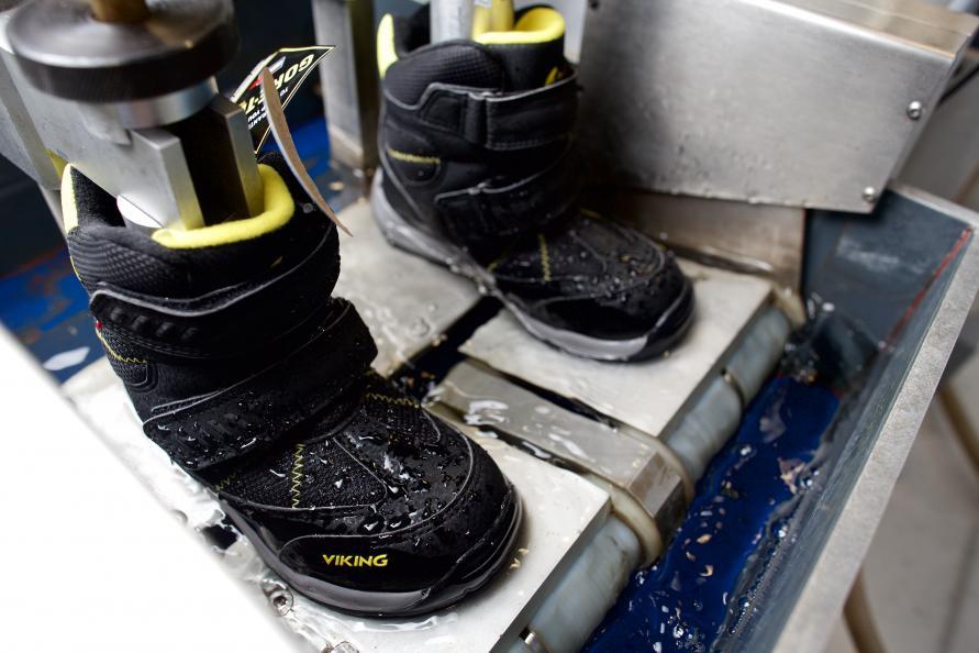 Vinterskoene testes blant annet i en gangsimulator med vann like over kanten av sålen. Her må de gå 200 000 skritt i vannet. Fem par sko kom seg tørrskodd gjennom hele testen, mens to tok inn vann allerede etter ca. 15 000 skritt. Fotograf: Peter Jülich