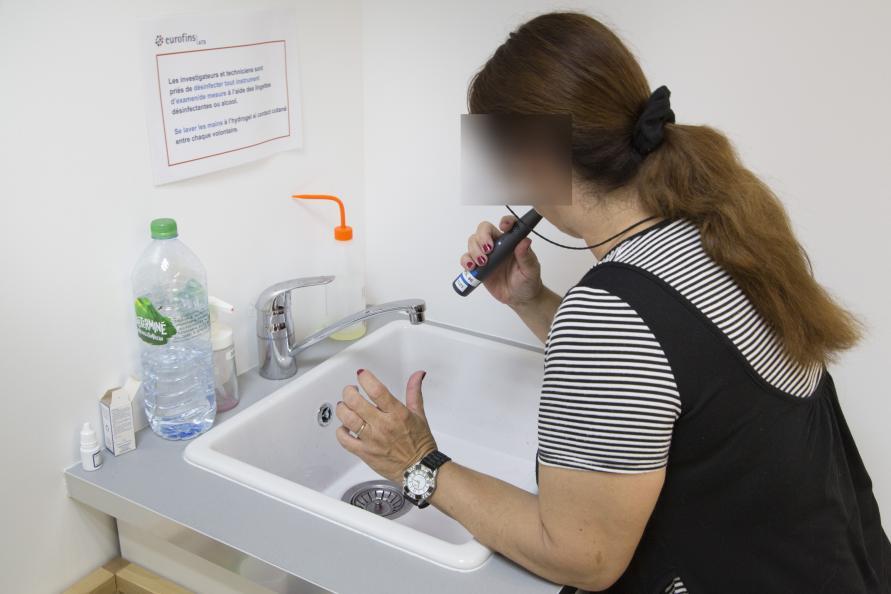 Før tannprøven børste paneldeltakerne tennene sine foran en av laboratorieinspektørene. Foto: Matthieu Colin