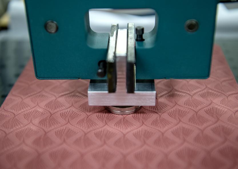 Støtelastisiteten måles ved å slippe en stålkule mot matten. Foto: Anna Sigge