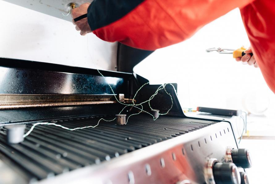 For å måle varmen i grillene, plasserte laboratoriet ut varmesensorer på ulike punkter på risten og i lokket. Foto: Jonas Ginter